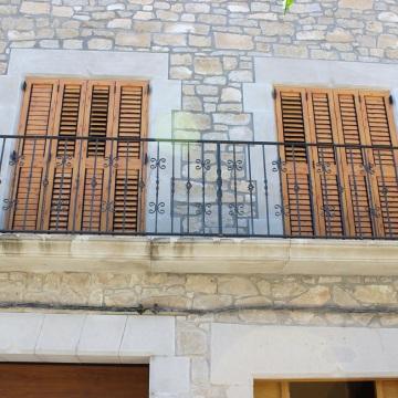 Balcón forjado con elementos decorativos