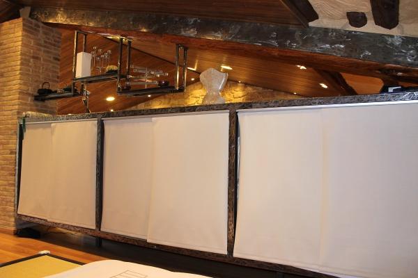 Decoració amb xapa negra polida i vernissada per a interior de disseny + prestatges decoratius
