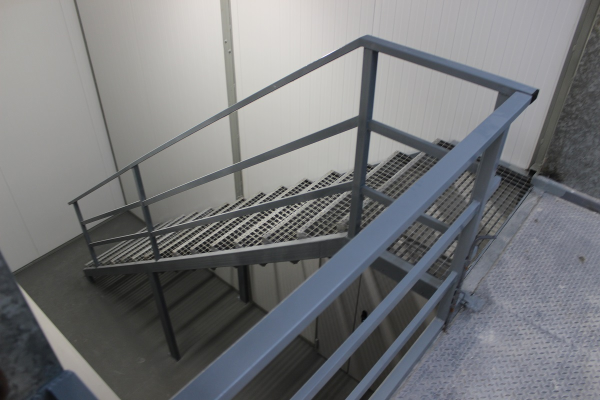 Escalera de acero pintada de gris perla con pelda o de - Escalera con tensores de acero ...