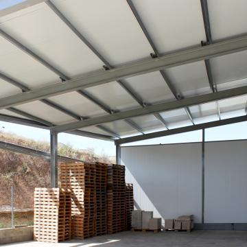 Estructura de acero con cubierta y pared de panel de sándwich