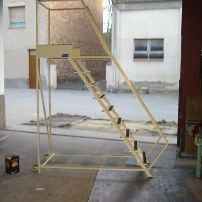 Escala mòbil d'acer pintat, amb esglaons de xapa plegada i cinta antilliscant