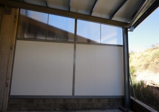 Estructura metàl·lica, amb parets i cobertes de panell aïllant i claraboies en sostre i parets per donar llum natural a l'interior de l'estructura.